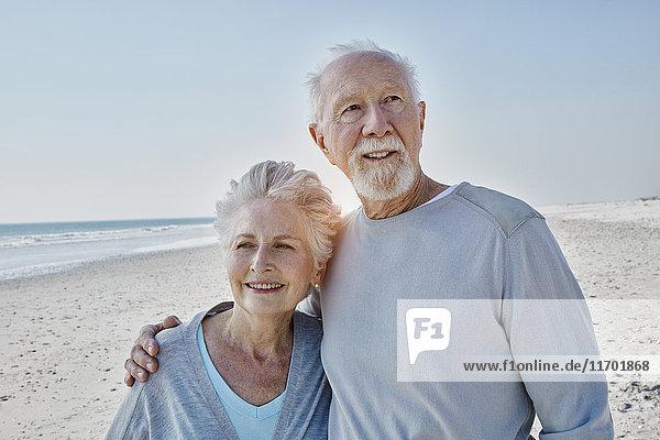Lächelndes Seniorenpaar am Strand