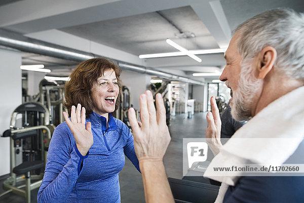 Fröhliche Seniorinnen und Senioren nach dem Training im Fitnessstudio