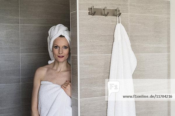 Porträt einer Frau mit Handtüchern im Bad