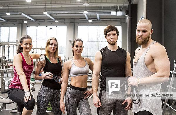 Fitnessfreunde mit Spaß im Fitnessstudio