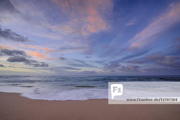 USA  Hawaii  Oahu  Sonnenuntergang und Surfen am Sunset Beach