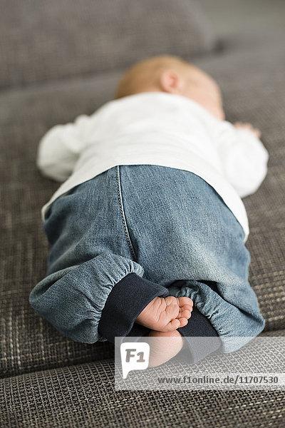 Neugeborener Junge auf der Couch liegend