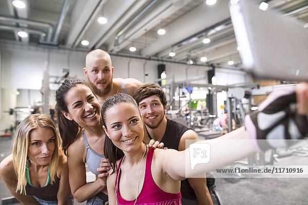 Junge Athleten  die Spaß im Fitnessstudio haben  die sich selbst einnehmen