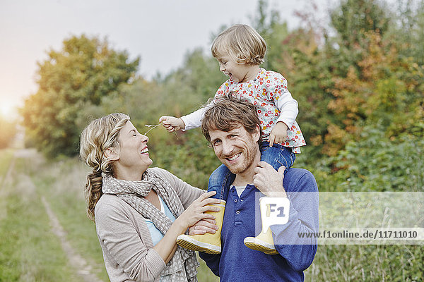 Familie auf einer Reise mit Vater mit Tochter auf den Schultern
