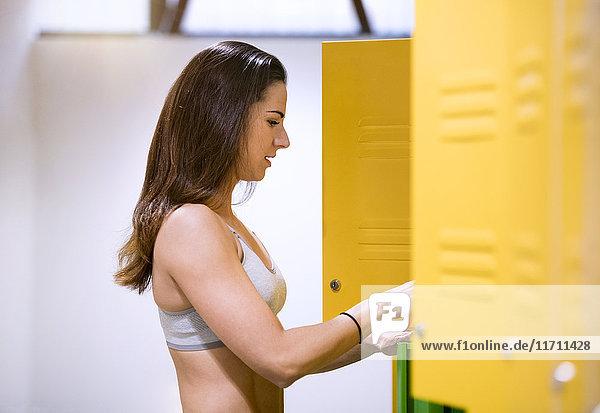 Junge Frau in Umkleidekabine mit Umkleidekabine