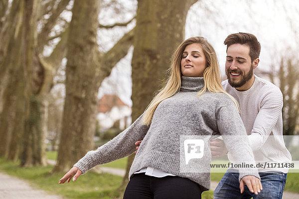 Junges Paar im Freien
