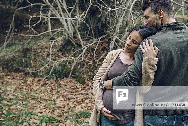 Mann mit schwangerer Frau in der Natur