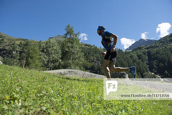 Italien  Alagna  Trailrunner unterwegs beim Monte Rosa Gebirgsmassiv