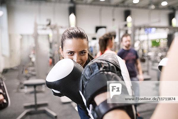 Junge Frauen beim Boxen im Fitnessstudio
