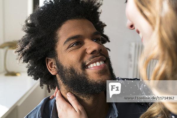 Nahaufnahme eines Mannes  der die Frau anlächelt