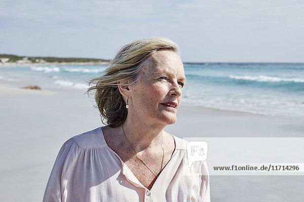 Porträt einer älteren Frau am Meer