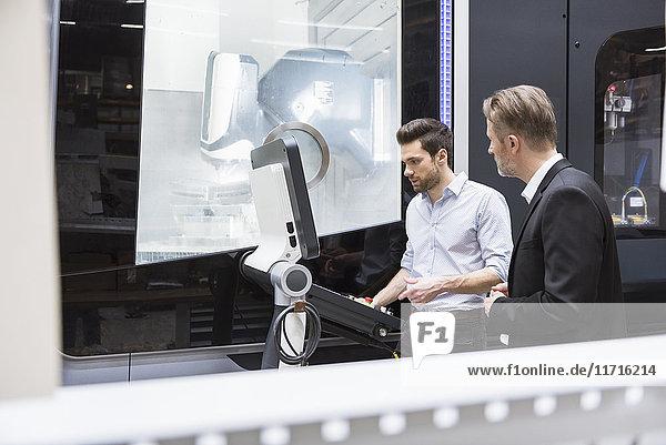 Zwei Männer bei der Kontrolle in der modernen Fabrik