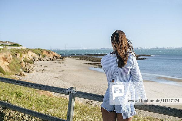 Rückansicht der Frau mit Blick aufs Meer