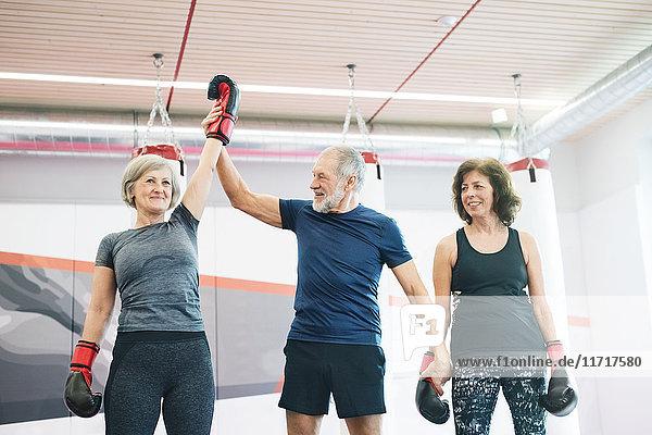 Gruppe von glücklichen Senioren  die in der Turnhalle trainieren  Boxen