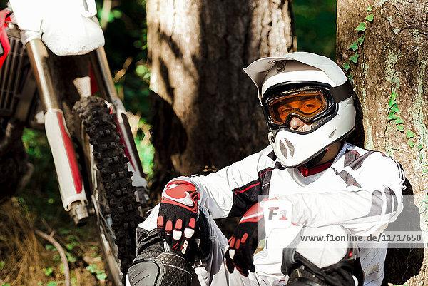 Italien  Motocross-Biker bei einer Pause im toskanischen Wald