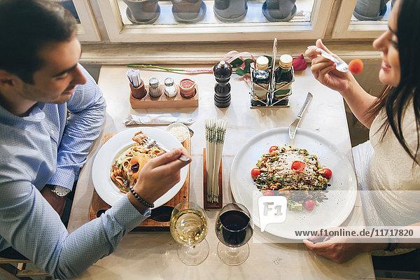 Paar beim Abendessen in einem Restaurant  Draufsicht