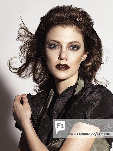 Porträt einer schönen Frau mit dramatischem dunklen Make-up und dunklem Lippenstift