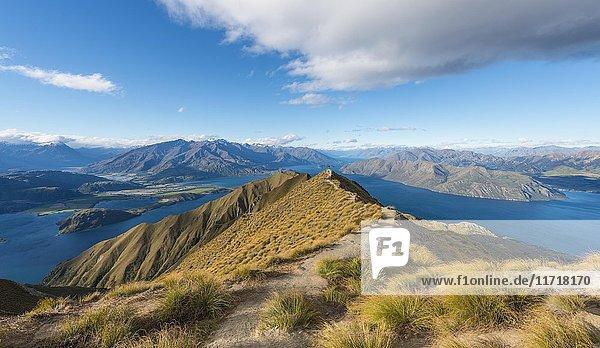 Ausblick auf Berge und See  Roys Peak  Lake Wanaka  Südalpen  Otago  Südinsel  Neuseeland  Ozeanien