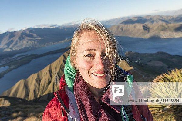 Wanderin lacht in die Kamera  Roys Peak  Lake Wanaka  Südalpen  Otago  Südinsel  Neuseeland  Ozeanien