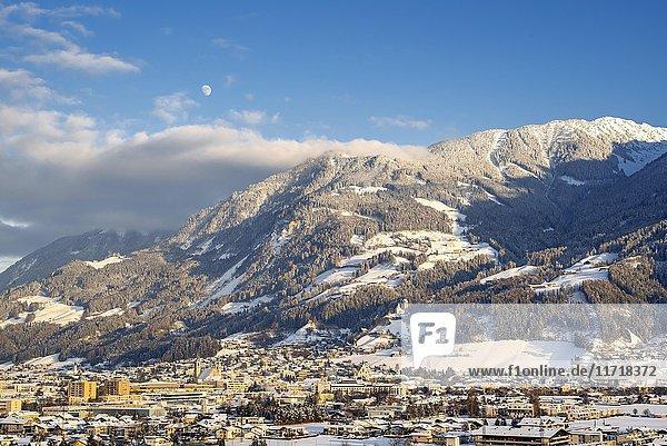 Blick auf Schwaz  Winter  hinten Koglmoss  Tirol  Österreich  Europa