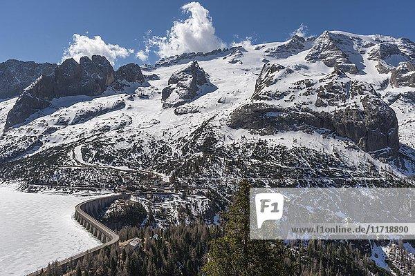 Bergmassiv Marmolata  höchstes Massiv der Dolomiten  rechts Gipfel Punta Penia  unten Stausee am Fedaiapass  Canazei  Trentino-Alto Adige  Dolomiten  Italien  Europa