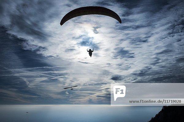 Gleitschirmflieger vor Wolkenhimmel  Roquebrune  Cote d`Azur  Mittelmeer  Frankreich  Europa