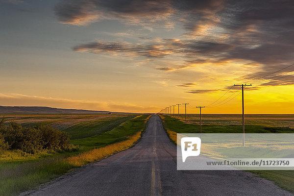 Ländliches Motiv ländliche Motive über Agrarland Fernverkehrsstraße Saskatchewan