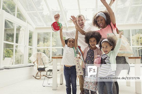 Porträt begeisterter multiethnischer junger Familienjubel in der Küche