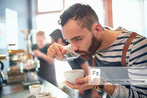 Männlicher Kaffeeröster mit Kaffeeverkostung