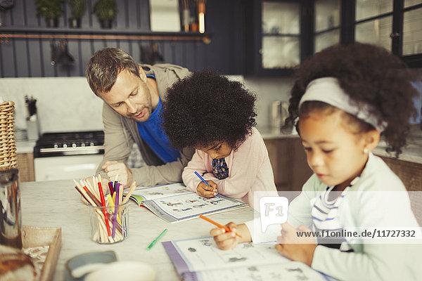 Multi-ethnischen Vater und Töchter Färbung in der Küche