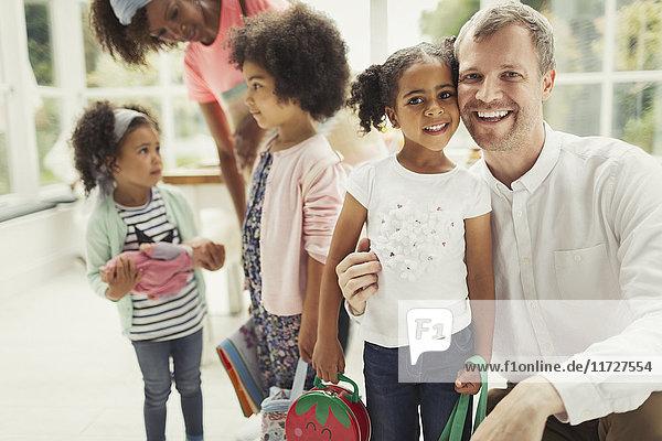 Portrait lächelnder multiethnischer Vater und Tochter
