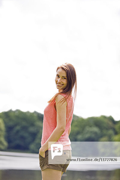 Frau lächelt am See