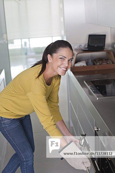 junge Frau in der Küche