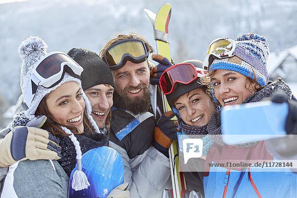Lächelnde Skifahrer-Freunde nehmen Selfie mit Kamera-Handy