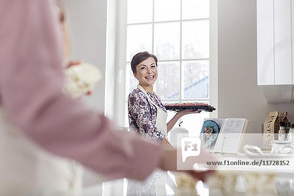 Lächelnde Frau beim Backen in der Küche