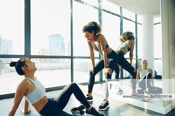 Zwei junge Frauen im Fitnessstudio  die eine Pause vom Training machen