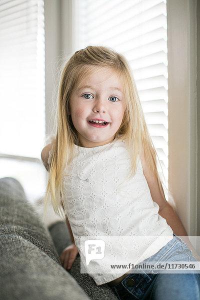Porträt eines jungen Mädchens zu Hause