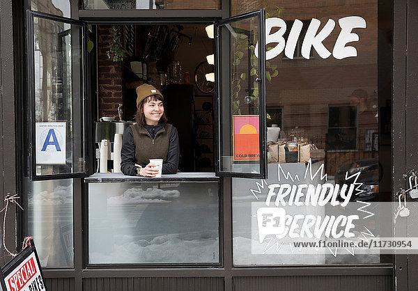 Weibliche Angestellte im Servicefenster  Nike and Coffee shop  New York  USA
