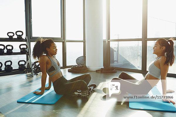 Zwei junge Frauen trainieren im Fitnessstudio