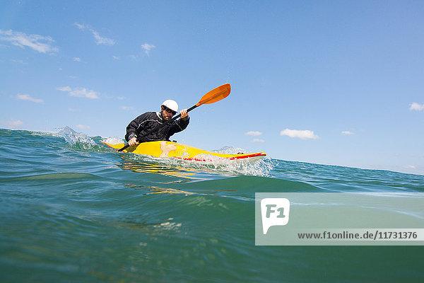 Mann paddelt Kajak auf See  Las Huacas  Guanacaste  Costa Rica  Mittelamerika