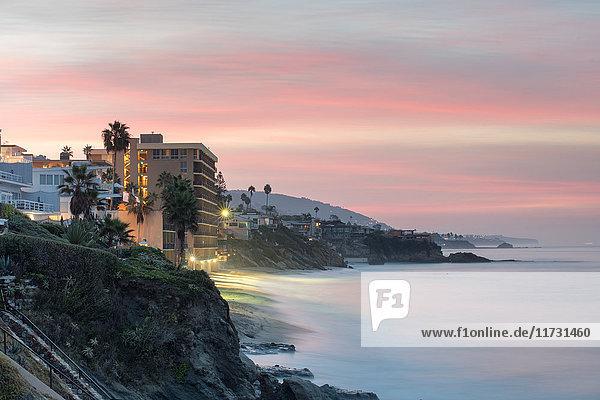 Landschaftsansicht von Klippen und Strand in der Morgendämmerung  Laguna Beach  Kalifornien  USA