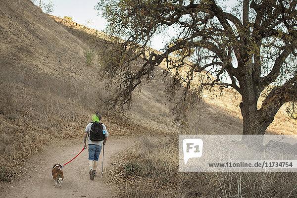 Ausgereifter Mann und sein Dachshund beim Wandern in den Santa Monica Mountains  Kalifornien  USA
