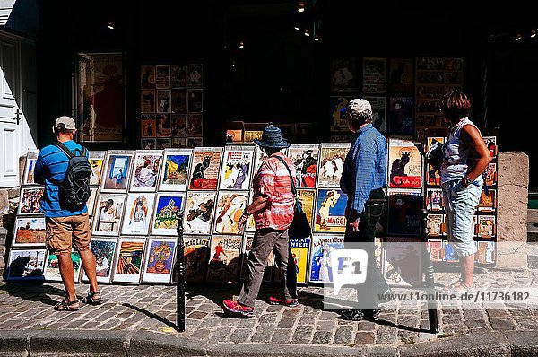 Tourists looking at paintings at an art gallery and shop. Montmartre  Paris  Ile de France  France.
