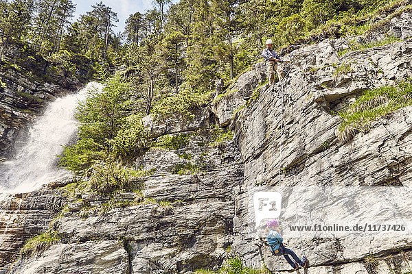 Vater und Kind beim Klettern  Ehrwald  Tirol  Österreich