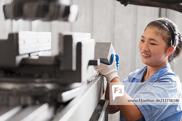 Weibliche Fabrikarbeiterin in einer Kranfabrik  China