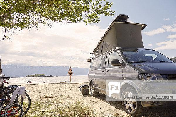 Fernblick einer reifen Frau am Strand  Lopar  Insel Rab  Kroatien