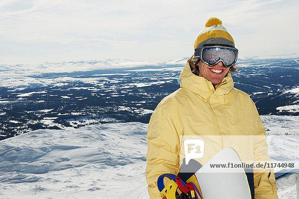 Snowboarder auf dem Gipfel des Berges
