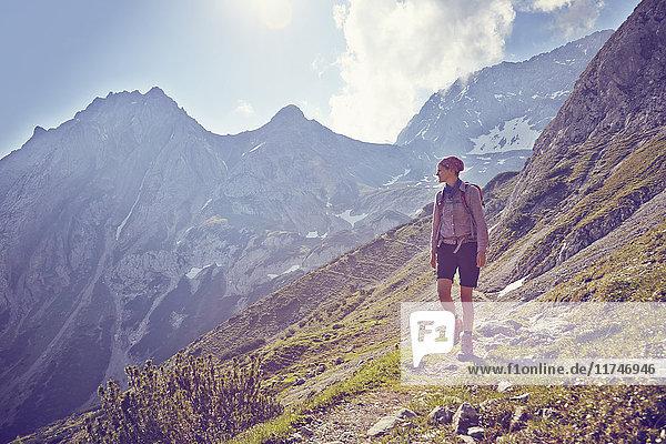 Reife Frau  Bergabwandern  Ehrwald  Tirol  Österreich