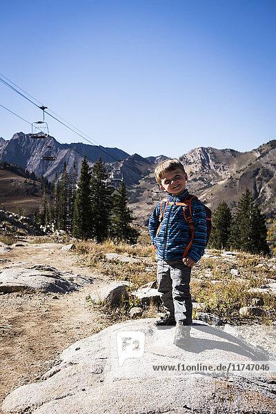 Kleinkind posierend  Catherine's Pass Trail  Albion Basin  Alta  Utah  USA