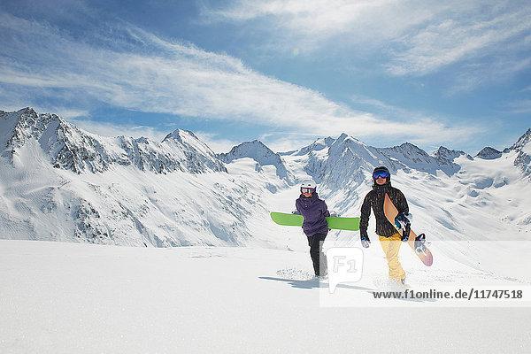Zwei Snowboarder zu Fuss im Schnee  Obergurgl  Österreich